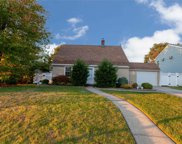 5 Knoll Ln, Levittown image